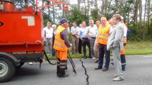 Демонстрация работы по заливке трещин а/бетонного покрытия при помощи швозаливщика HYDROG ZSK-500